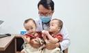 Trúc Nhi - Diệu Nhi trở lại bệnh viện tái khám sau 15 ngày được về nhà, thích thú chơi đua xe cùng bác sĩ