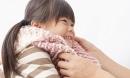 Bé gái suýt chết vì chiếc khăn quàng cổ và lời cảnh báo: Làm gì để bảo vệ trẻ trong mùa đông?