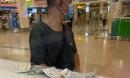 Tấm vé máy bay ấm tình người của chàng trai khuyết tật: 'Đợi em đi vay bạn thêm tiền, rồi quay lại mua vé'