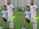 Quý tử nhà Trần Lập cùng cha đam mê bóng đá