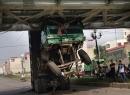 Không hạ thùng khi chạy, xe tải 'treo đầu' dưới gầm cầu