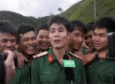 Lính cứu hộ bật khóc khi nhìn thấy 12 công nhân mắc kẹt
