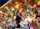 Ông già Noel 'nhảy dù' xuống... phố cổ Hà Nội