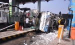 Xe tải đè sập cabin trạm thu phí cao tốc Trung Lương