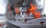 Cháy lớn tàu du lịch tại Hạ Long, nhiều du khách phải nhảy xuống biển