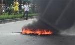 Hà Nội: Va chạm với taxi, một xe máy bốc cháy dữ dội