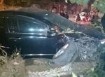 Hà Nội: Xế hộp mất lái đâm đổ cây, gãy trụ đèn giao thông