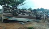 vuot-qua-mang-xe-24-cho-lat-ngua-18-khach-bi-thuong-208052.html