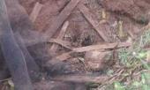 indonesia-phat-hien-mot-be-trai-so-sinh-bi-chon-vui-duoi-ho-rac-lon-274136.html