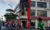 chay-tai-cua-hang-xe-may-hanh-khach-va-nhan-vien-thao-chay-tan-loan-323598.html