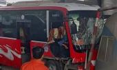 xe-khach-bat-ngo-tong-thang-vao-ca-bin-tram-thu-phi-5-nguoi-bi-thuong-345947.html