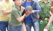 sau-khi-choi-ma-tuy-con-trai-vac-riu-doi-chem-me-de-lam-nao-loan-khu-pho-367876.html