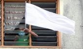malaysia-gong-minh-chong-covid-19-dan-treo-co-trang-rop-vung-de-cau-tro-giup-373699.html