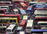 Cận cảnh tranh giành ghế xe khách rời Hà Nội