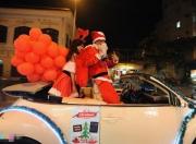 Ông già Noel, công chúa tuyết đi xe mui trần phát quà