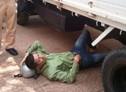 Clip: Nằm dưới gầm xe cảnh sát để phản đối việc bắt xe