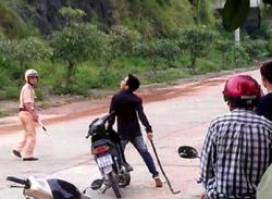Phẫn nộ với video nam thanh niên dùng dây xích sắt tấn công cảnh sát