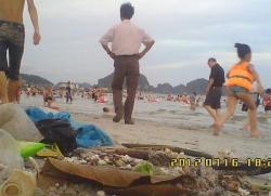 Kinh hoàng rác thải bủa vây ở biển Bãi Cháy - Quảng Ninh