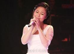 Hương Tràm hát ca khúc