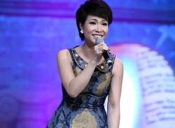 Fan Uyên Linh đầu tư mua 1.000 điện thoại vote cho thần tượng