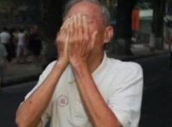 Clip: Cụ 83 tuổi khóc như mưa trước cửa Nhà tang lễ