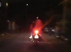 Chạy trốn cảnh sát, cặp đôi lao thẳng vào đuôi ôtô