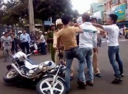 3 thanh niên cự cãi, giật đổ xe cảnh sát giao thông