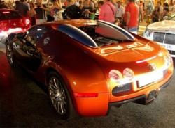 Nhân viên đỗ xe chật vật đưa Bugatti Veyron