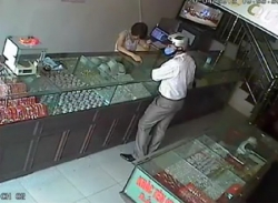 Xôn xao clip cướp tiệm vàng trắng trợn giữa ban ngày