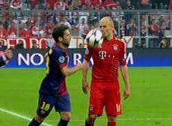 Hành động đáng lên án của Alba nhằm vào Robben