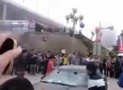 Thuê người đập nát ô tô bạc tỷ trước mặt báo chí