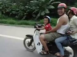 Clip sốc: Cậu bé lái xe, cha mẹ ngồi sau cười… ngặt nghẽo