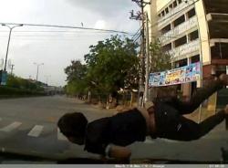 Clip: Đi xe máy lao đầu vào ô tô, thoát chết hi hữu