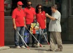 Video hài hước (P12): Vất vả chỉ đường cho người mù