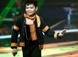 Quang Anh gây sốt khi đem Chiếc khăn Piêu lên sân khấu Giọng hát Việt nhí