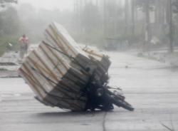 Bão đổ dồn, gió lốc thổi bay nhiều mái nhà