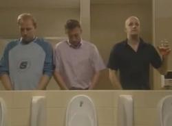 Video hài hước (P129): Trong nhà vệ sinh nam