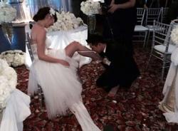 Ngọc Quyên lộng lẫy váy cưới, hạnh phúc chồng hôn chân