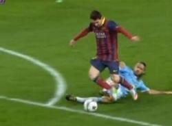 Messi bị phạm lỗi ngoài vòng cấm, Barca vẫn hưởng penalty