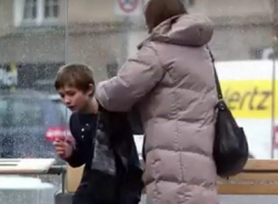 Người lạ nhường áo cho em bé co ro trong giá rét
