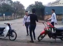 Clip: Nam thanh niên cầm điếu cày vụt liên tiếp vào đầu học sinh