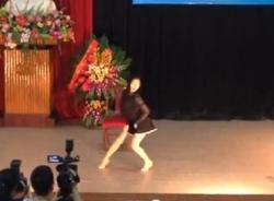 Nữ sinh nhảy phản cảm trong lễ tốt nghiệp ở Hà Nội