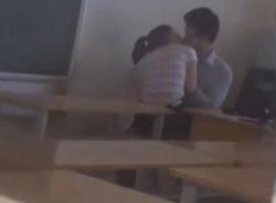 Clip thầy giáo và nữ sinh 'quằn quại'... khóa môi trong lớp học gây sốc