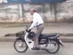 Clip sốc: Cụ già tóc bạc phóng xe như bay, vô văn hóa giao thông