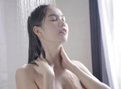 Ngọc Trinh tung clip tắm khoe vòng 1 trước giờ G Đêm hội chân dài 8