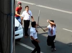 Clip 2 tài xế taxi Vinasun cầm gậy đánh nhau như phim chưởng