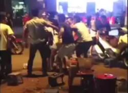 Nhóm thanh niên đánh nhau như giang hồ ở quán trà đá Hà Nội