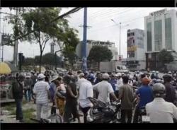 Video Người dân phản ứng việc CSGT 'bẻ tay' học sinh