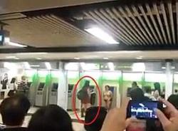 Ái ngại cô gái lột đồ canh giữ cây ATM