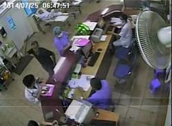 Người nhà bệnh nhân cầm ghế hành hung bác sĩ BV Bạch Mai